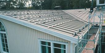 installation av solceller på hus med plåttak