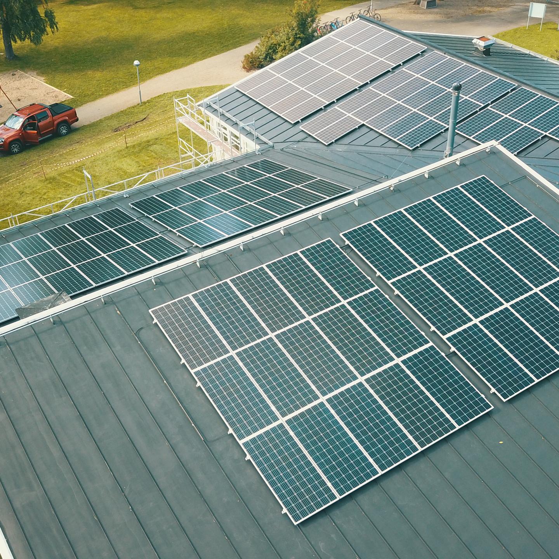 Axitec solpaneler installerade på skola