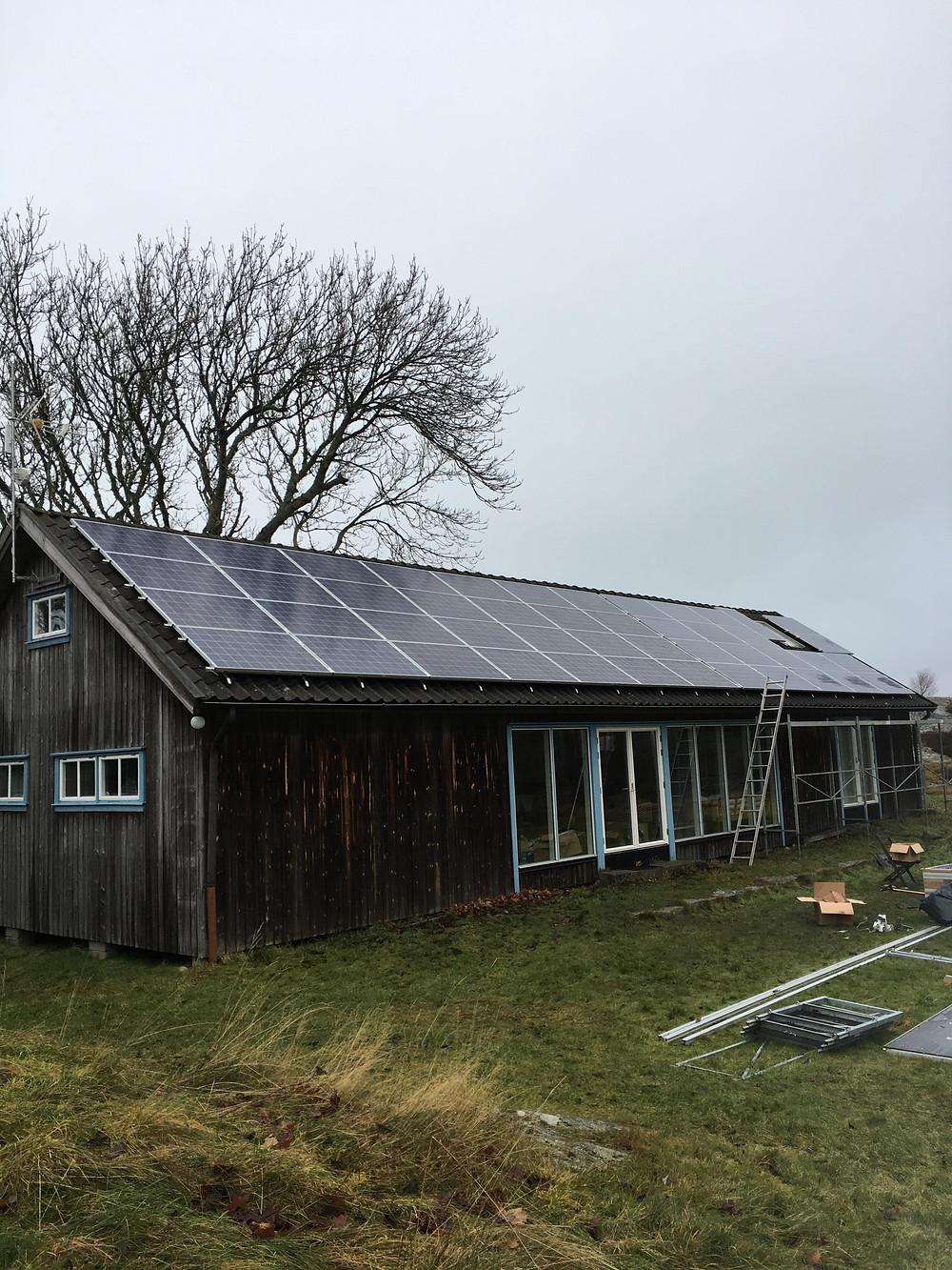 solpaneler installerade på fritidshus