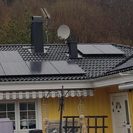 Installation av solpaneler på villa i Svenshögen