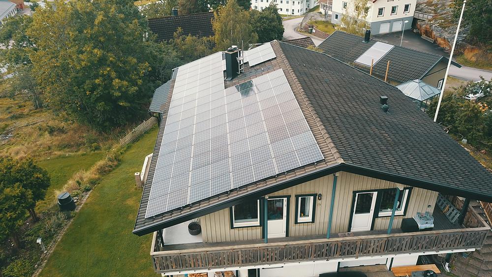 Luxor solceller installerade på villatak i Ljungskile