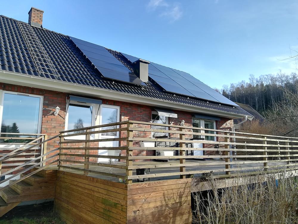 svarta solpaneler på svart tak