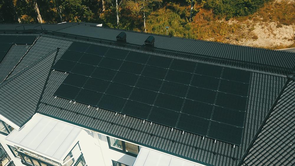 Solceller installerade på villatak