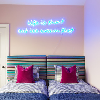 HAMPTONS NEON ROOM