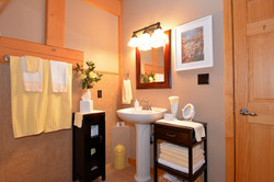 Upstairs Full Bathroom: 7'9 x 8'3
