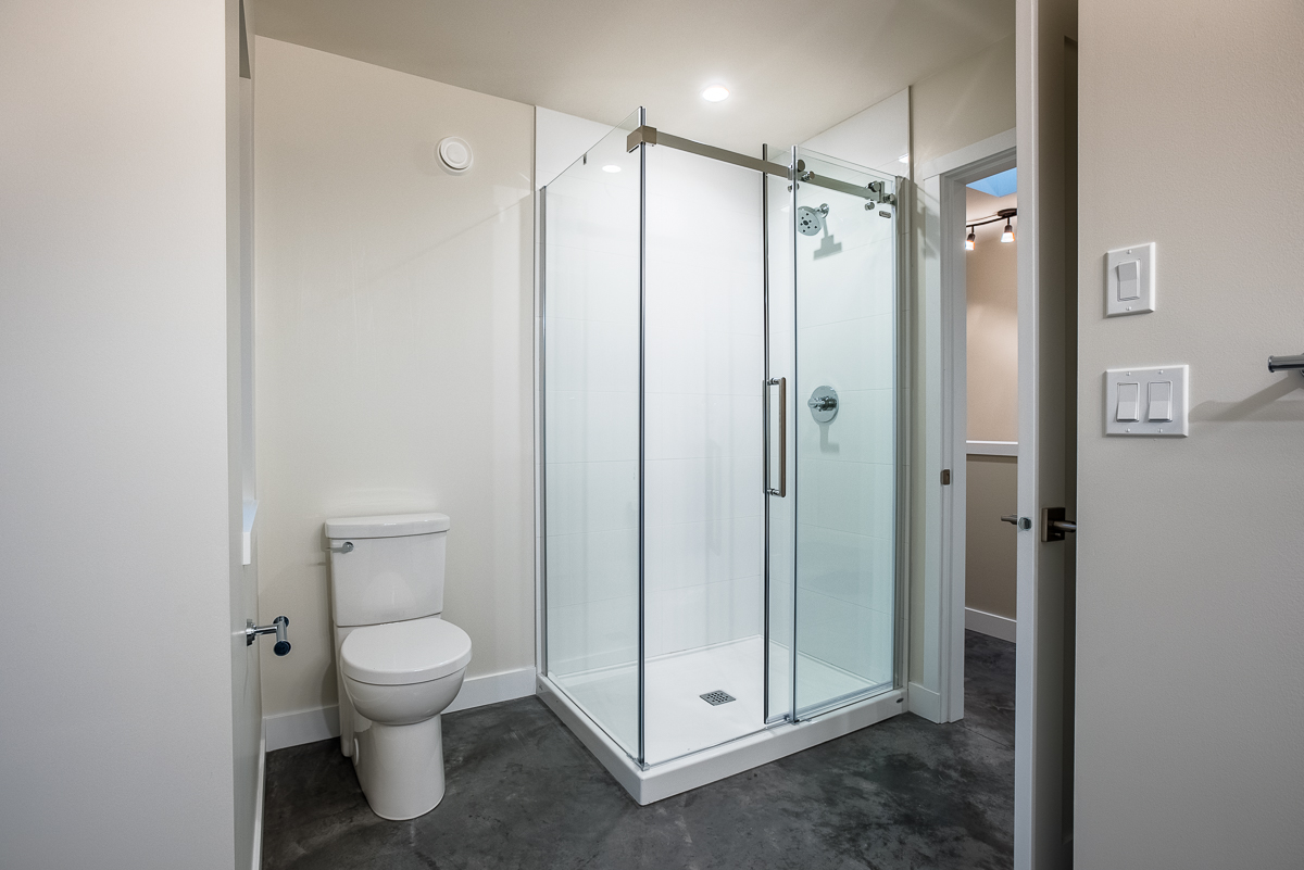 4 Piece Bathroom:11'8 x 11'7