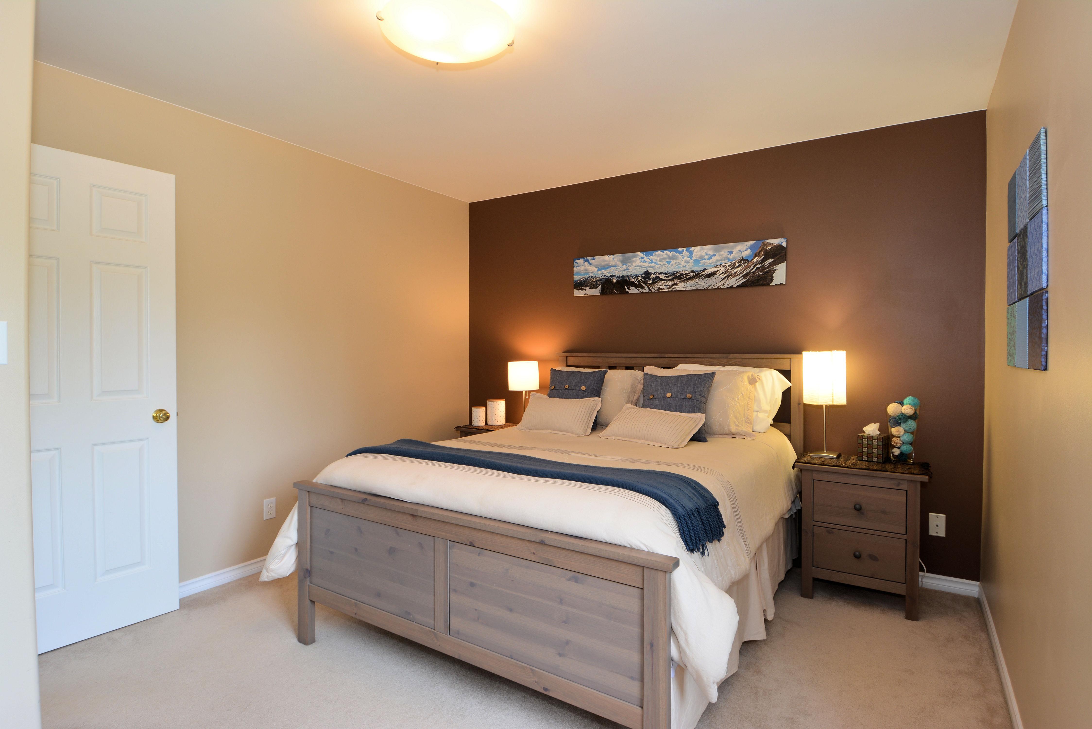 Bedroom: 11' x 13'6