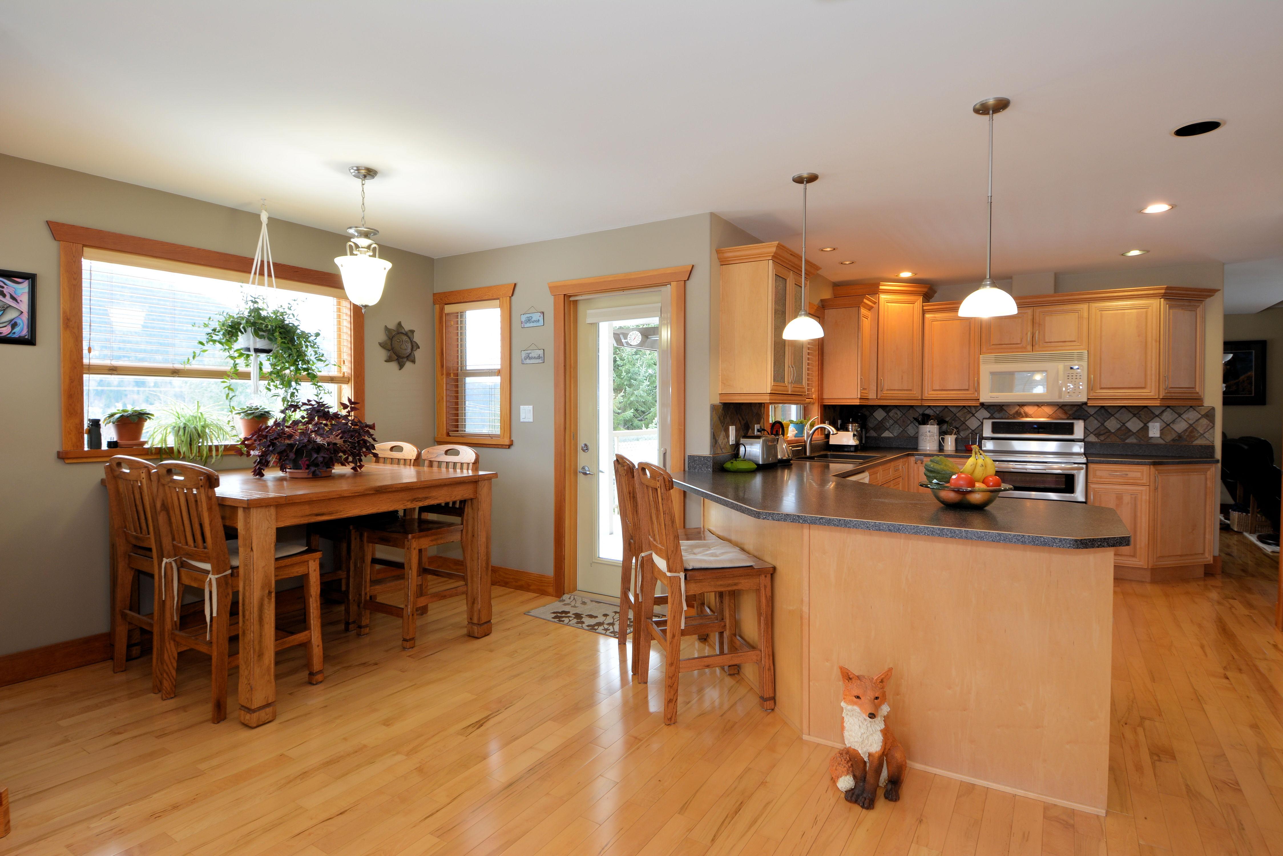 Kitchen / Eating Nook