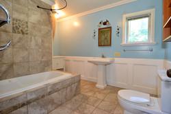 6090 Slocan River Road Main Bathroom