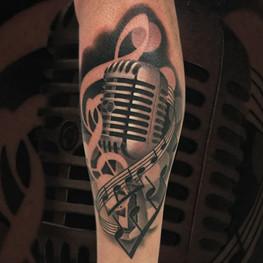Chris_Hautundliebe_Tattoo_Mikrophon.jpg