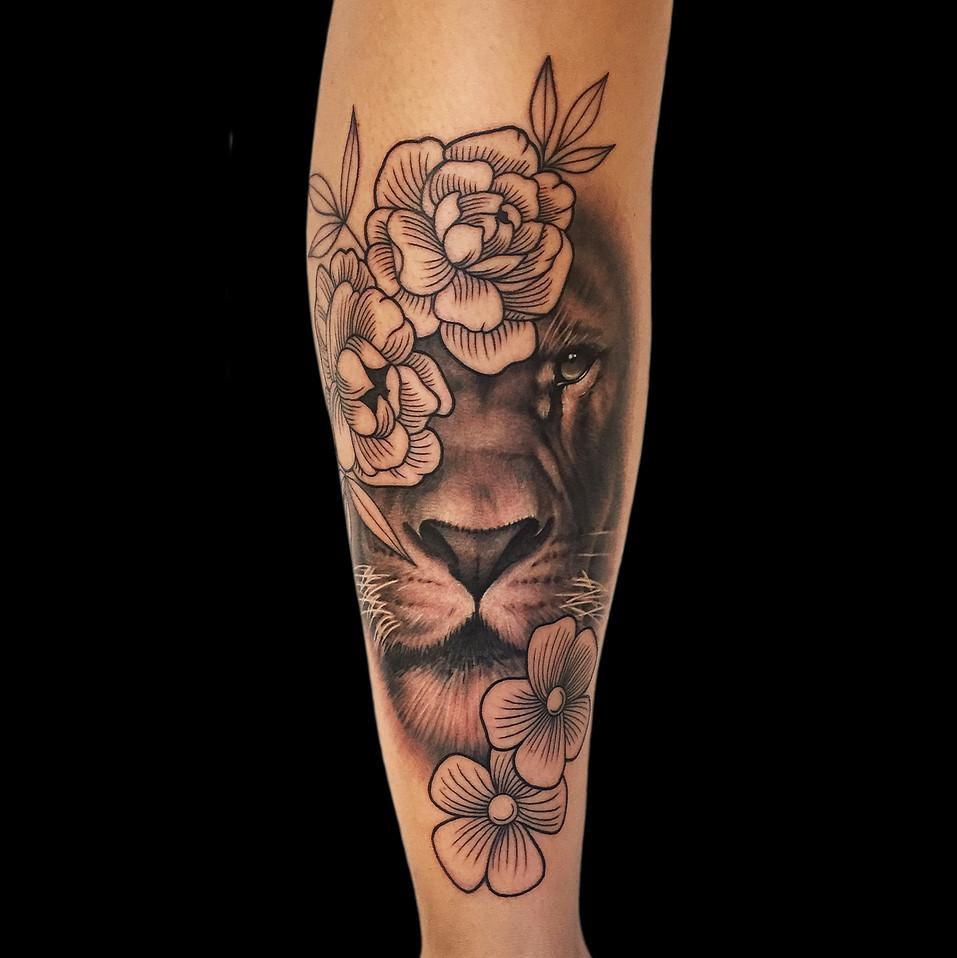 Chris_Hautundliebe_Tattoo_Löwe_Blumen.jp