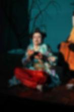 Peça Vovô Shan e menina Sara do grupo Refinaria Teatral