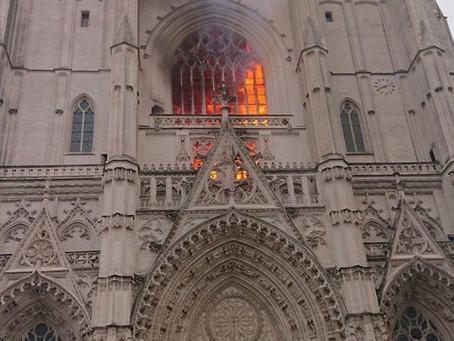 Francia: brucia la cattedrale gotica di Nantes