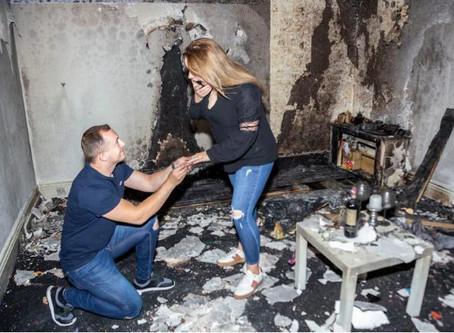 """Scrive """"vuoi sposarmi"""" con 100 candeline: la casa va a fuoco"""