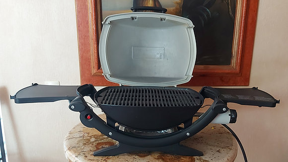 Counter Top Weber Grill, w/ small gas tank, like new!