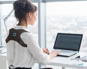 Arbeitsplatz Laptop Frau mit Haltungstrainer