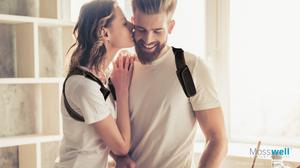 junges Paar mit Haltungstrainer