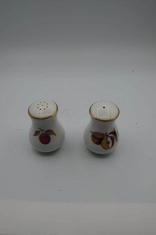 Salt and pepper pot (market8)