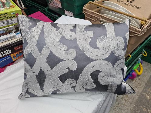 Silver cushion (0:3)