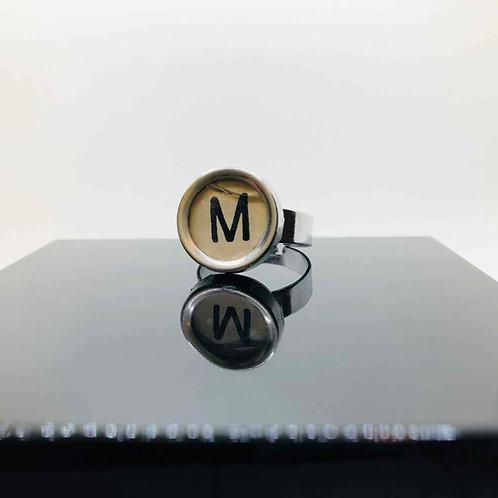 """Schreibmaschinen-Ring """"M lädiert"""""""