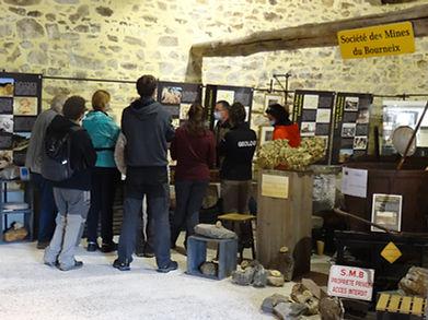 Groupe de géologues visitant la Maison de l'Or