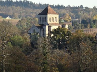 Eglise médiévale du Chalard dans un cadre de verdure