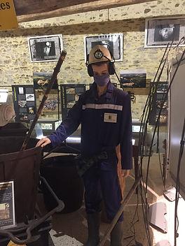 André, le mannequin représentant un mineur du Bourneix vous accueille au   casque, tenue bleue.
