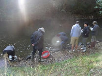 Les membres de l'association Chalard Initiatives font une matinée d'orpaillage en rivière.