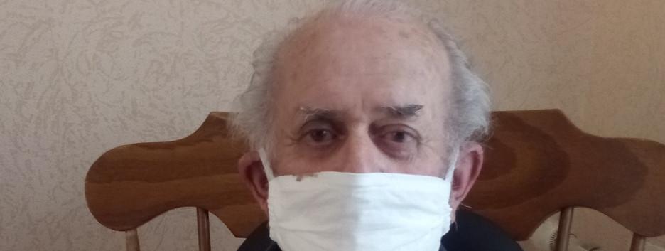 Roger qui porte le masque fait par Maryvonne