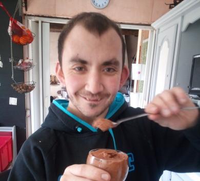 Mathis et sa mousse au chocolat