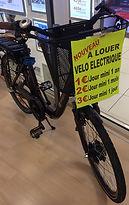 Velos_à_louer_à_Leclerc,_Montmorillon.JP