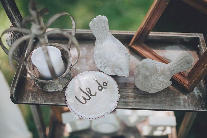 We do wedding decoration with glass birds and votiv candle on a shelf