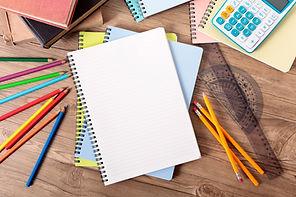 zeszyt, ołówki, kredki, kątomierz