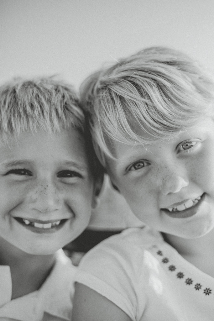 Older siblings portrait in black and white. Lifestyle Photography by Anna Gutermuth.