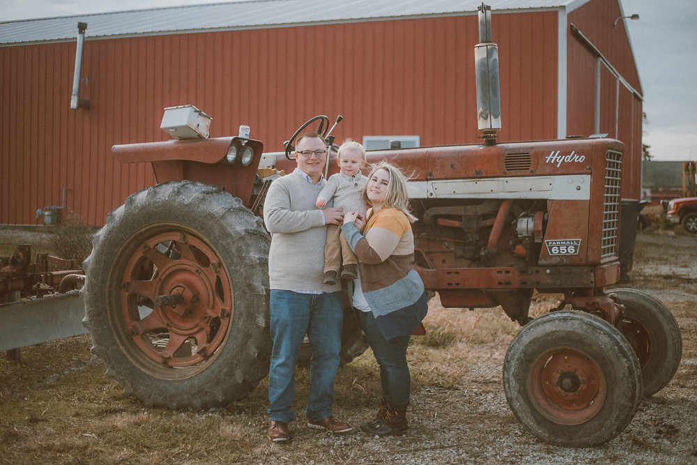 Fall mini sessions in a pumpkin patch. Lifestyle family photography by Anna Gutermuth.