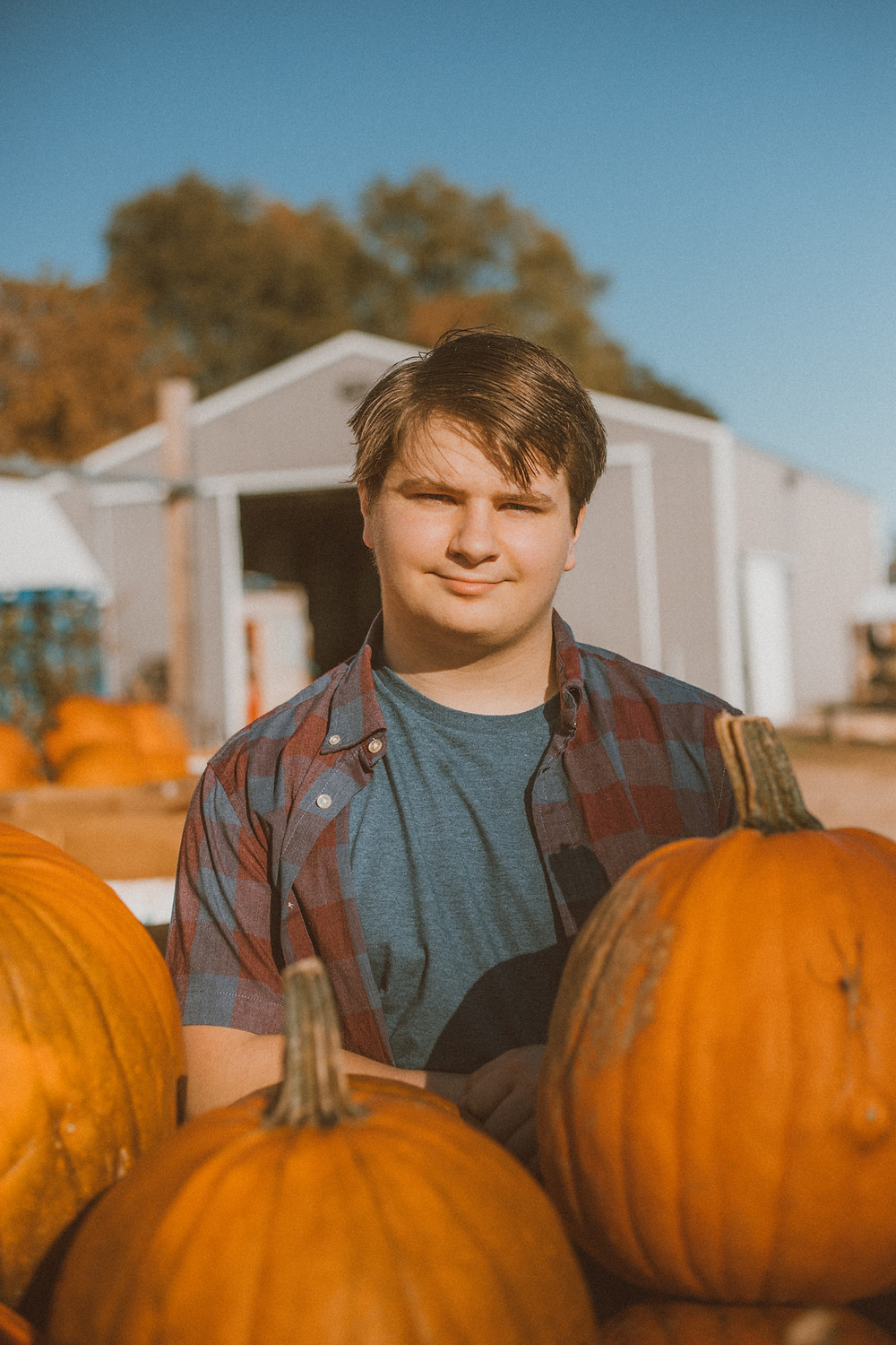 Fall mini sessions at a pumpkin farm. Lifestyle senior photography by Anna Gutermuth.