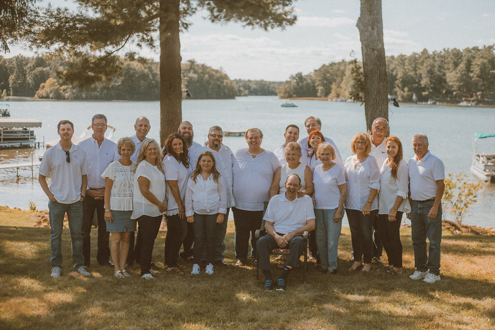 Extended family group photo. Lifestyle Photography by Anna Gutermuth.