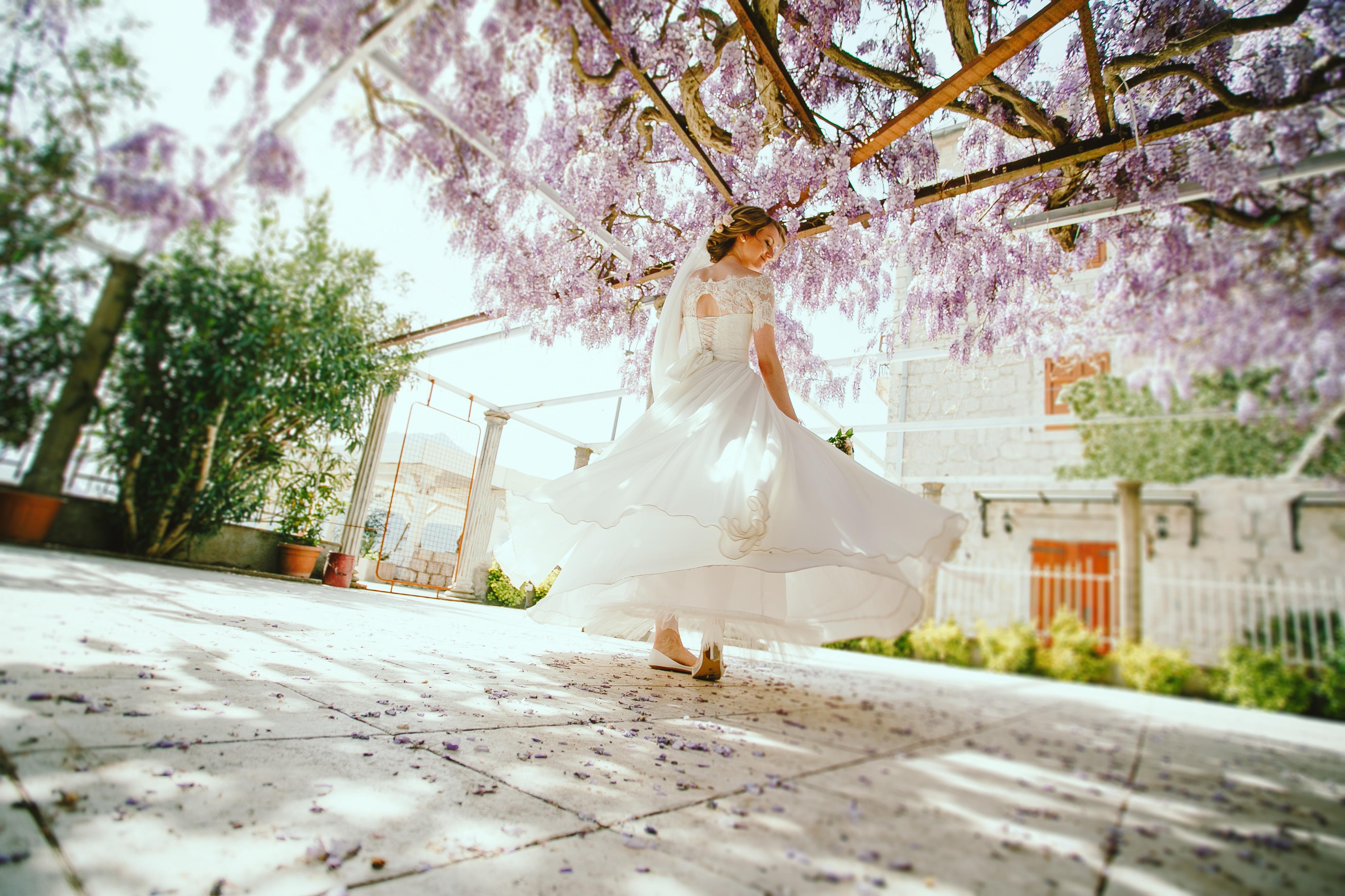 Невеста кружится под глицинией