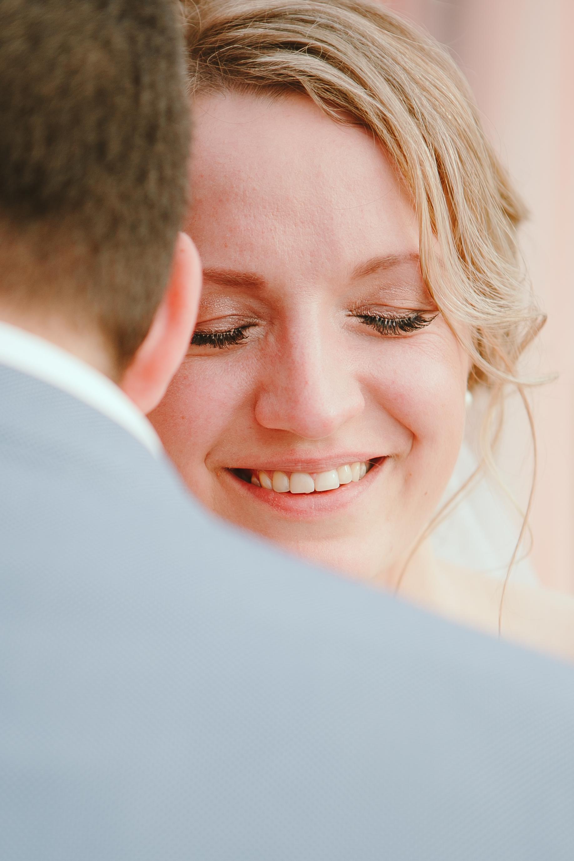 Портрет невесты  в слезах от счастья