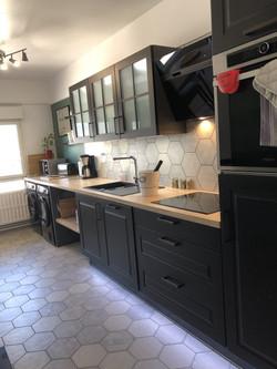 cuisine lumineuse et agréable, avec lave vaisselle intégré.