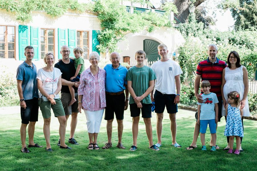 Familie Fitz im Vorgarten