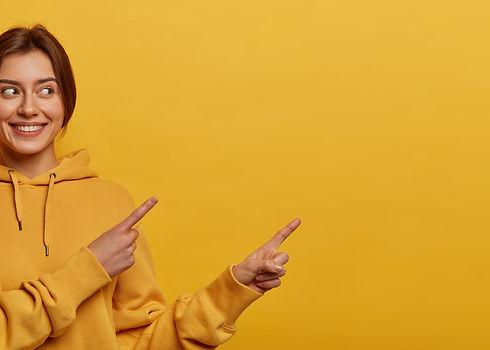 Junge Frau gelb (3).jpeg