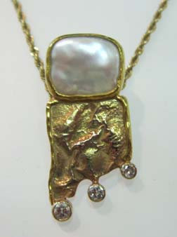 Louthen Gold & Pearl Pendant