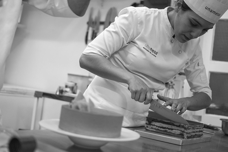 Julia Domínguez, pastelera, unamesa