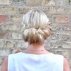 Lær at sætte dit hår med en frisure med håret samlet i nakken