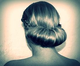 Lær at sætte en frisure du kan bruge igen og igen. Grundig undervisning af en frisør.