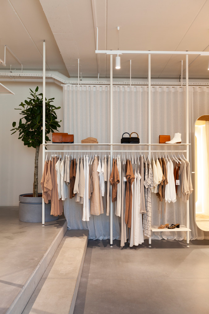 ElineRos_Peelvrouw_Velvet_floor_to_ceiling_clothingrack