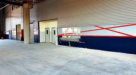 שכבת גמר צבע על קירות המוסך