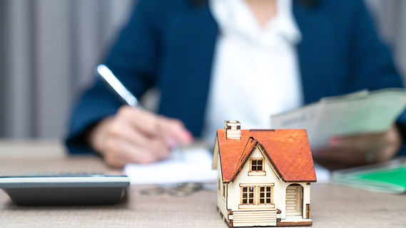 real-estate-agent-sign-for-home-contract