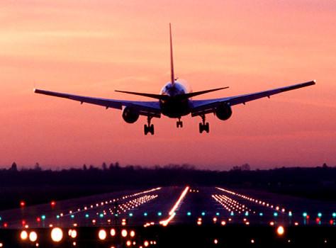 Passageiro sem assistência durante atraso e cancelamento de voo deve ser indenizados